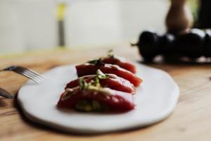 Cuarto y mitad de lomo de atún marinado