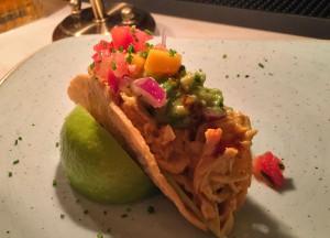 Tacos de pollo tikka masala con guacamole, mango y pico de gallo