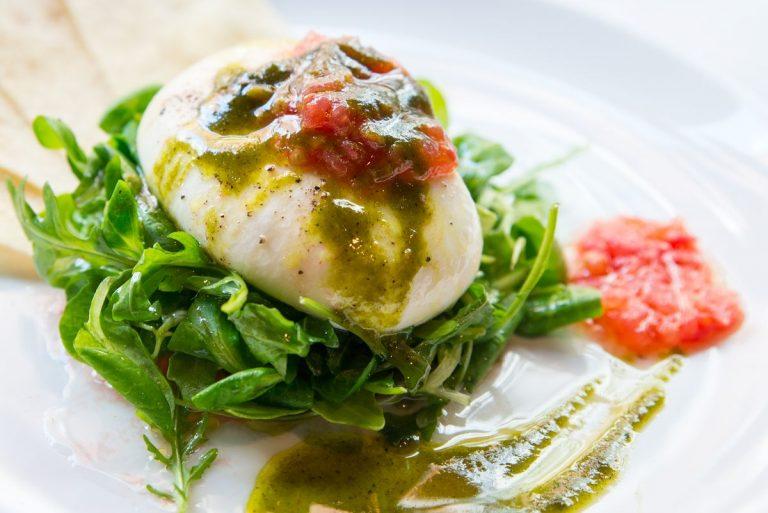 Burrata con ensalada verde (rúcula y canónigos), tomate rallado y pesto casero