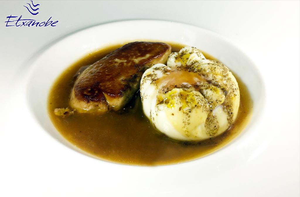 HUEVOS POCHÉ con foie y salsa de trufa