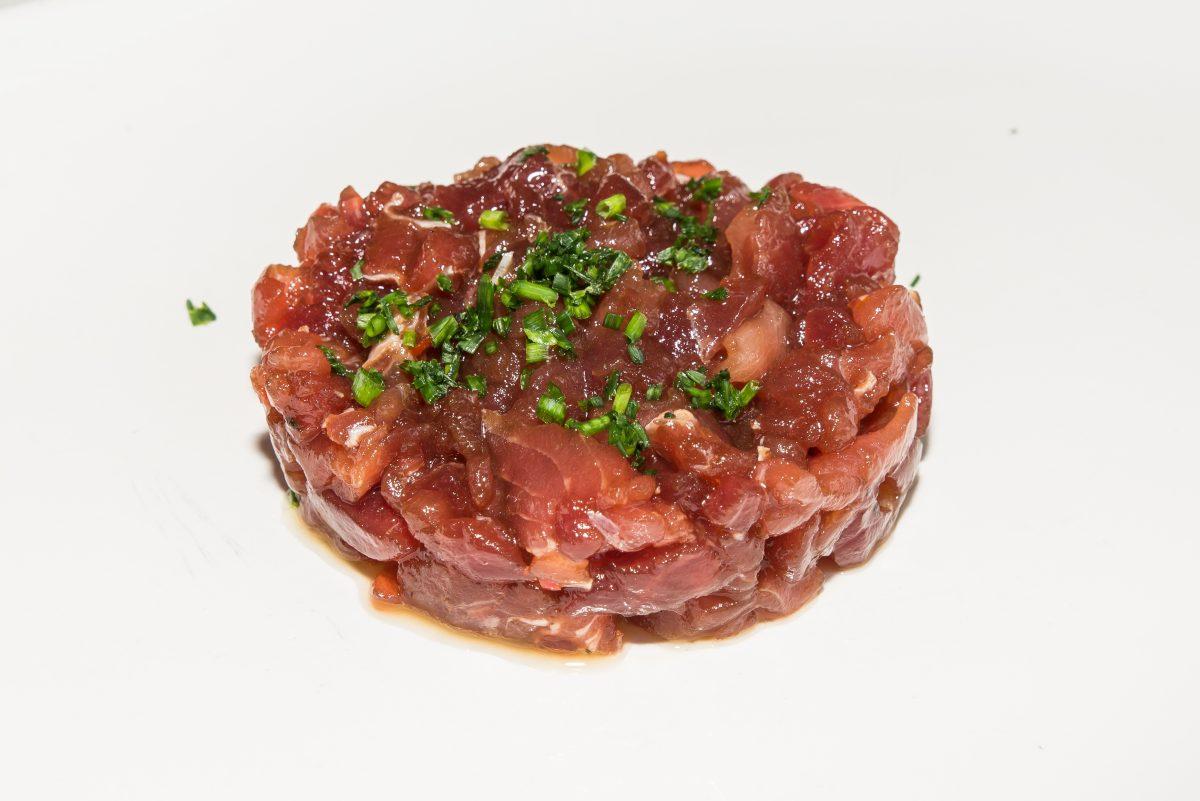 Tartar, aliño tradicional, pan sardo  (descargamento)
