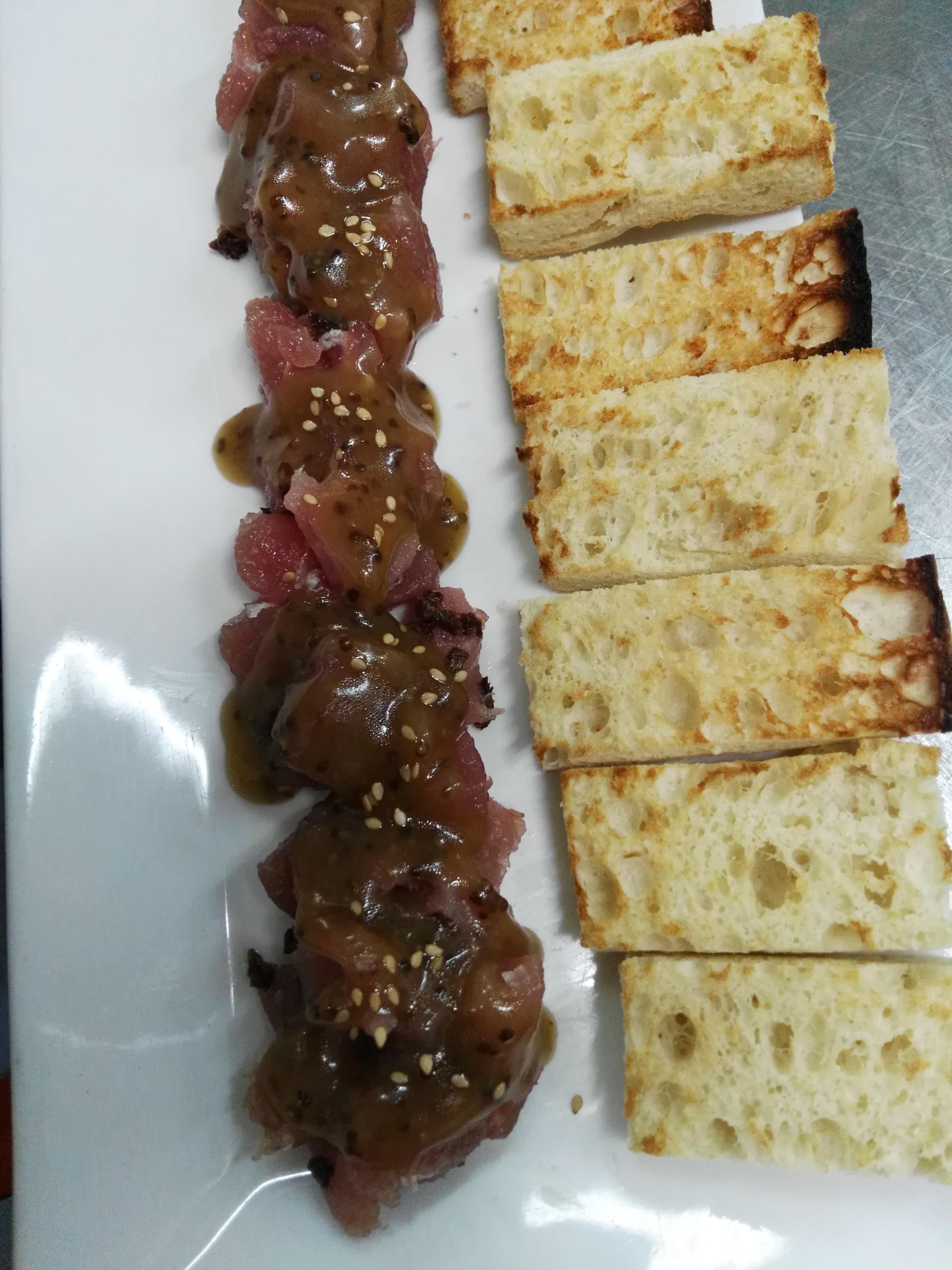 Tartar de tonyina, tomàquet sec, mel i soja