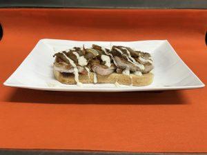 Tosta de solomillitos con cebolla caramelizada y salsa de pimienta